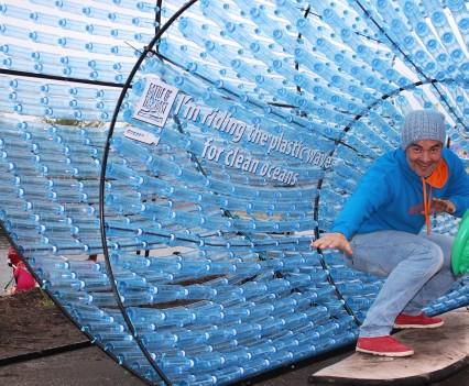Met de plastic wave sterk staan tegen plastic vervuiling.