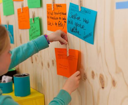Met verschillende brainstorm technieken worden de bezoekers aangespoord out-of-the-box te denken.