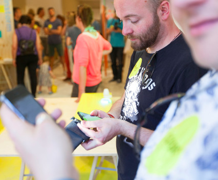 Kijk om je heen en ervaar: smartphone verslaving ligt op de loer!