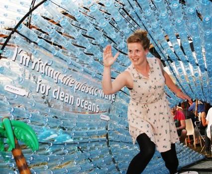 Deelnemers gaan op de foto tegen plastic in de oceanen.